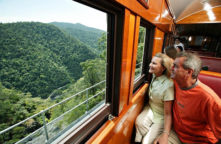 熱帯雨林の自然に囲まれた森の中を走る「キュランダ高原列車」