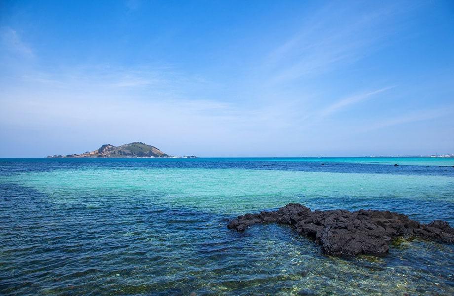 透明な海水と白浜が幻想的な「挟才海水浴場」